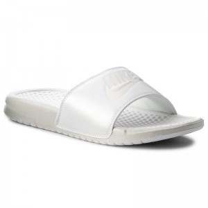 Black Friday 2020 - Nike Pantoletten Benassi Jdi Metallic Qs AA4149 100 Mtlc Summit Wht/Summit White